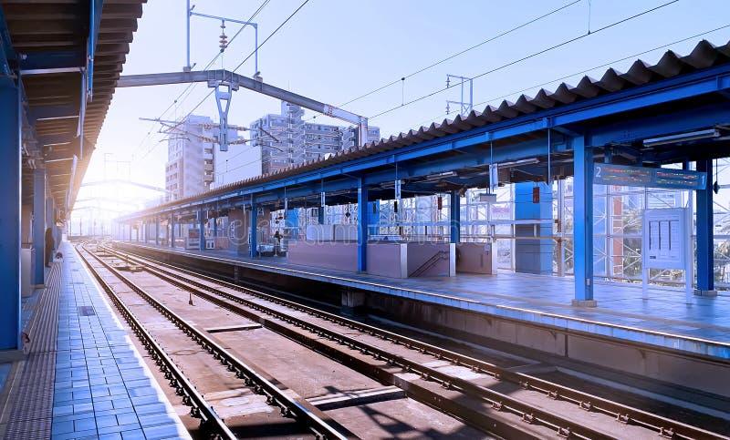 在一个蓝色铁路平台的早晨光在日本 库存图片