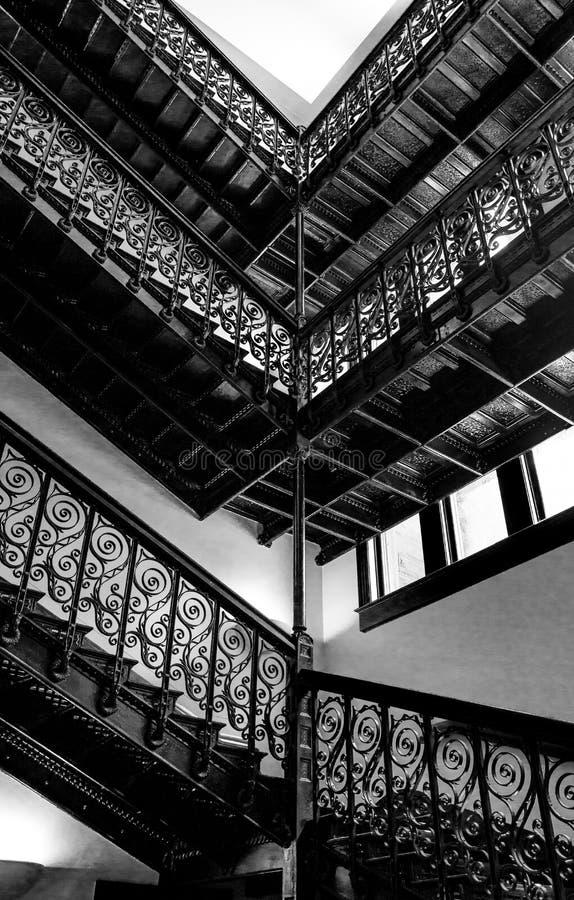 在一个老大厦的黑白楼梯 图库摄影