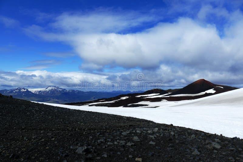 在一个黑白风景的玛妮和莫迪山与Godaland在背景中,Fimmvörduhals山口,冰岛 免版税库存图片