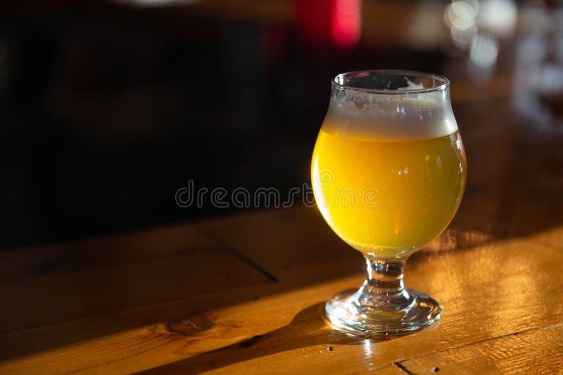 在一个酒吧的工艺啤酒与拷贝空间 免版税库存照片