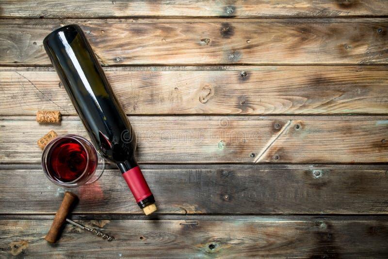 在一个酒杯的红酒与拔塞螺旋 库存图片