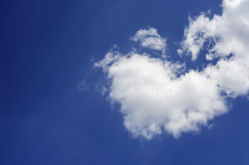 在一天空蔚蓝的云彩以心脏的形式 免版税库存照片