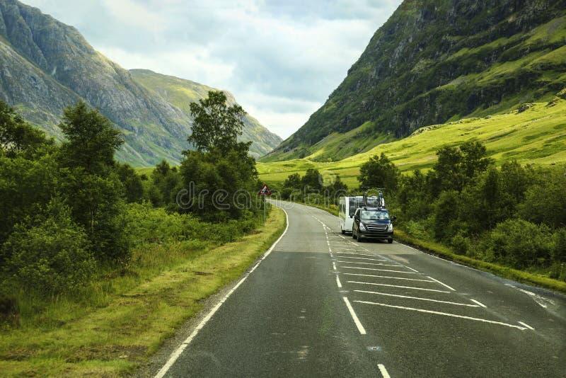 在一山路的汽车在苏格兰,英国 免版税库存图片