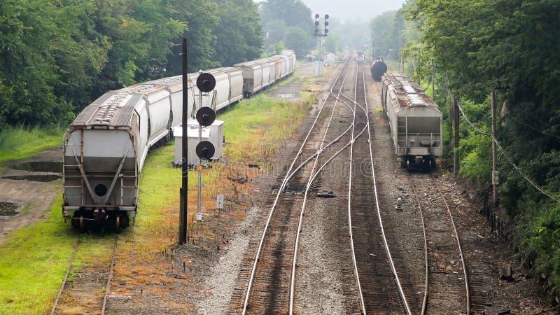 在一条侧轨,从一座桥梁的看法的货物火车在铁路 免版税库存图片