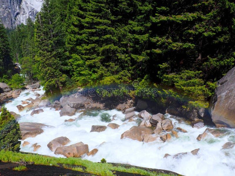 在一条胡说的溪的完善的彩虹在优胜美地国家公园 免版税图库摄影