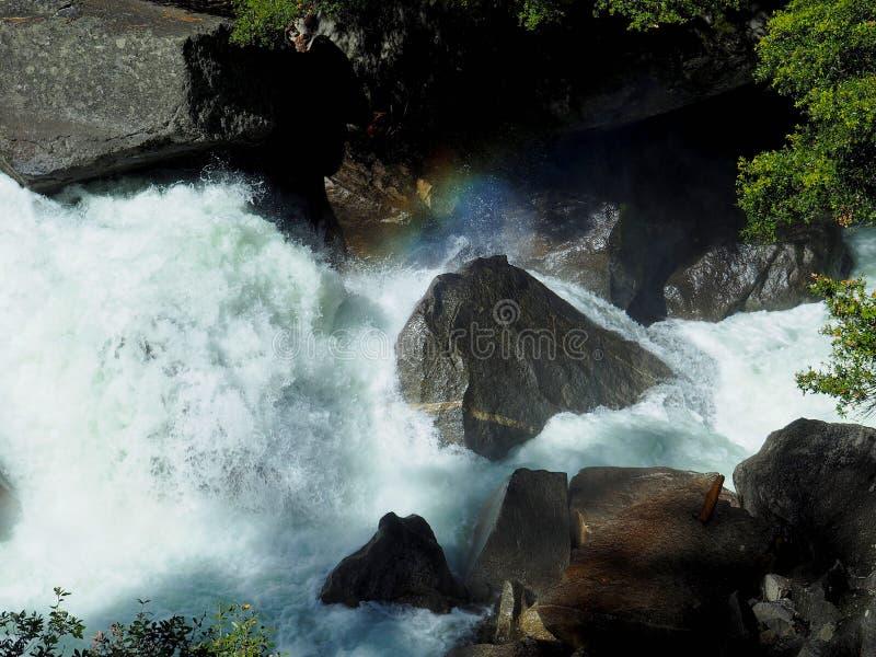 在一条胡说的溪的彩虹在优胜美地国家公园 图库摄影