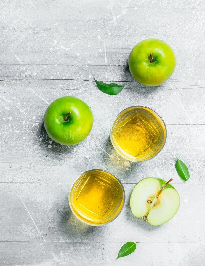 在一玻璃杯的苹果汁用新鲜的苹果 库存图片