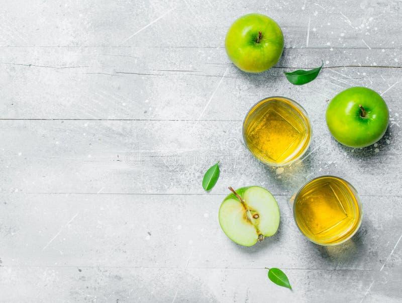 在一玻璃杯的苹果汁用新鲜的苹果 库存照片