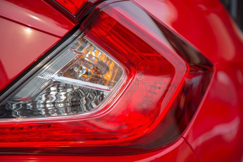 在一辆红色汽车的尾灯的细节 免版税库存图片