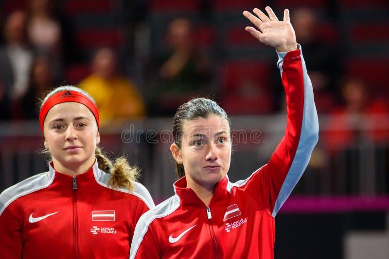 在世界小组II第一场圆的比赛期间的阿廖娜奥斯塔片科和Anastasija Sevastova,在队拉脱维亚和队斯洛伐克之间 库存图片