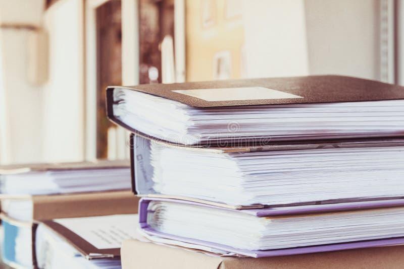 在书桌上的文件夹在办公室univercity有阳光背景 库存图片