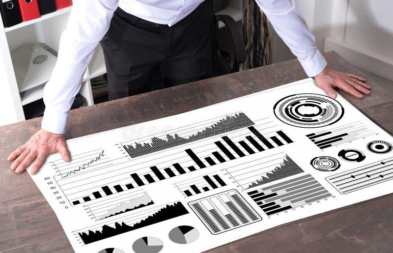 在书桌上的财务分析概念 库存图片