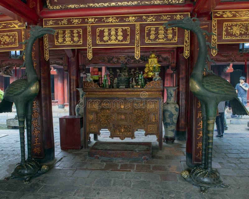 在乌龟的古铜色起重机在佛教法坛,仪式议院,文学,河内,越南寺庙前面  免版税库存照片