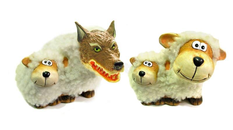 在乔装的狼作为绵羊假错误朋友诈欺入侵者 图库摄影