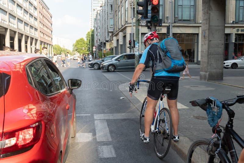 在交通的自行车车手 库存照片