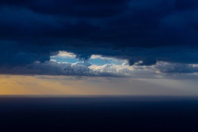 在云彩之间的光束 免版税库存照片