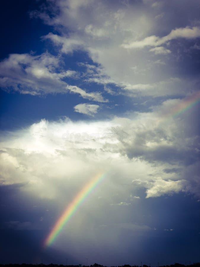 在云彩的彩虹在阳光下 免版税图库摄影