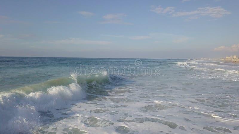在以色列的mediterrian沿海的风暴海浪 免版税库存照片