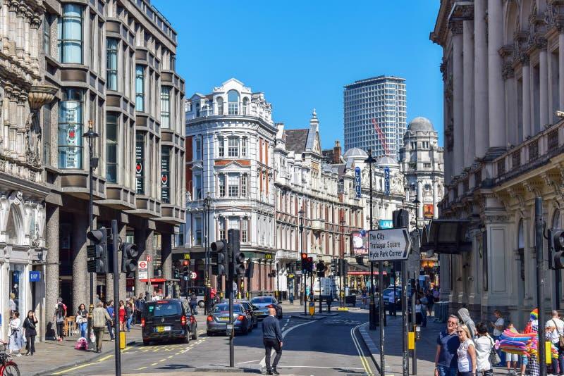 在伦敦街的游人,老和现代大厦在一个晴朗的夏日 免版税库存照片