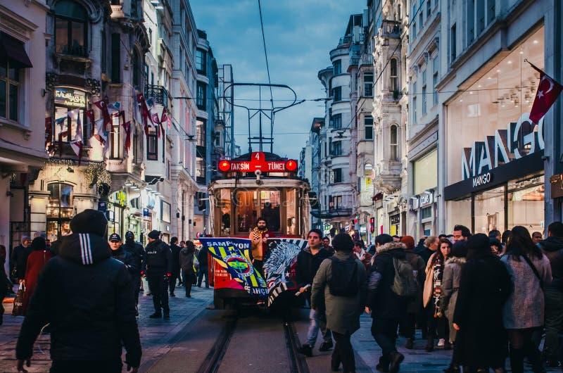 在伊斯坦布尔减速火箭的电车的足球迷在Istiklal街上的 库存照片