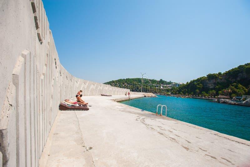 在休息,在混凝土的懒人的寂寞在海附近 库存照片