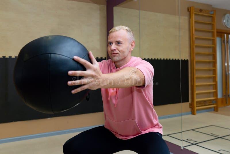 在做锻炼的运动服的健身parners在健身房 健身体育健身房概念 免版税图库摄影