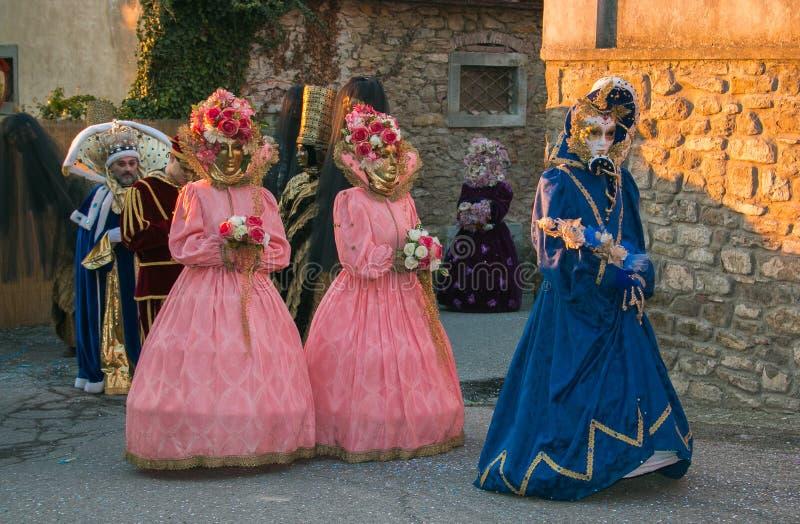 在卡斯蒂廖恩菲博基,托斯卡纳中世纪街道的每年狂欢节队伍  库存图片
