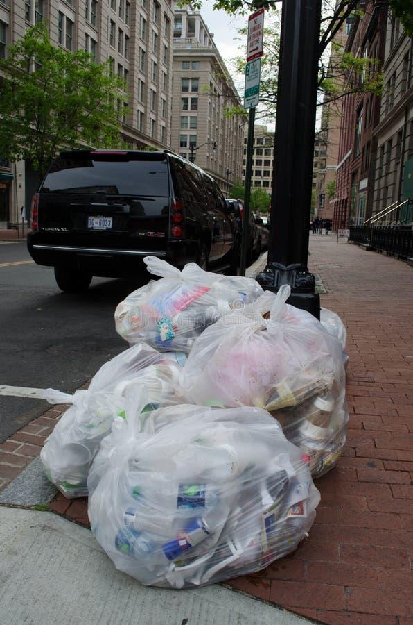 在华盛顿特区边路和街道的大垃圾袋在事件以后的 库存图片
