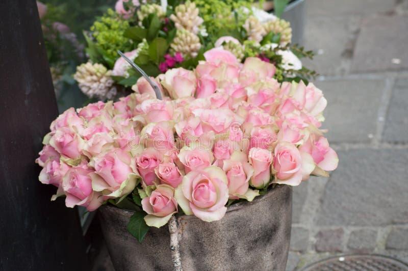 在卖花人的桃红色玫瑰 图库摄影