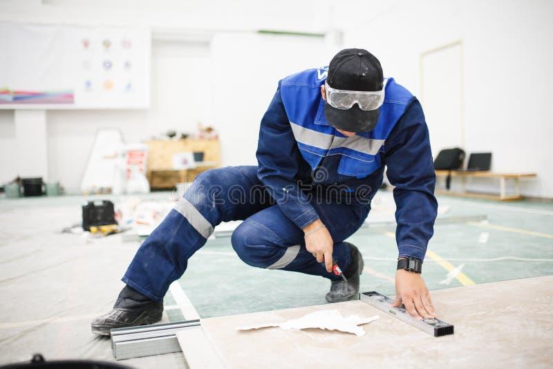 在可利用的工具帮助下的主要措施建筑材料 图库摄影