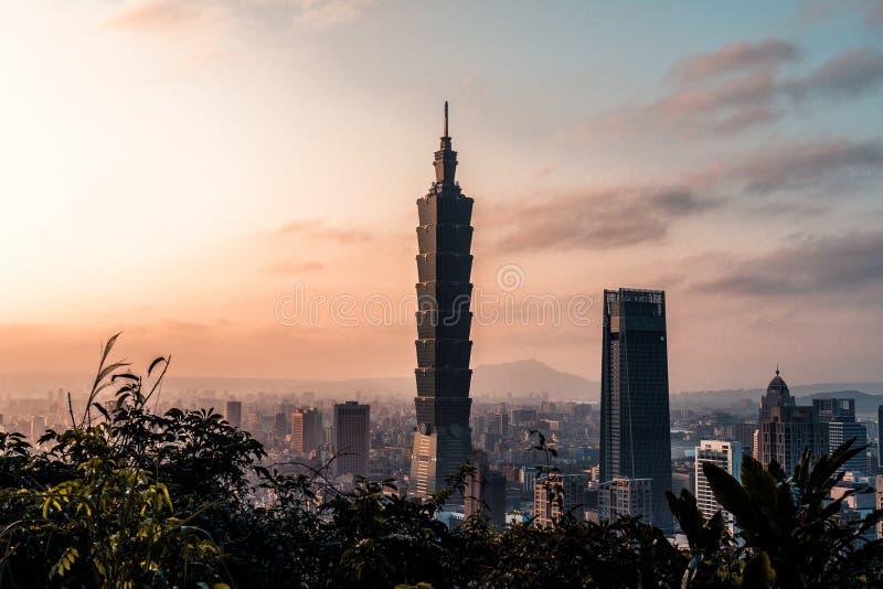 在台北地平线的日落 台湾 台北101摩天大楼以为特色 图库摄影