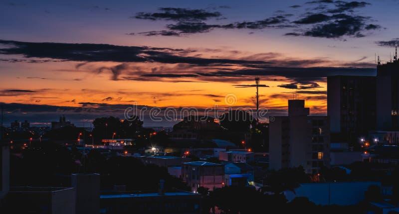 在坎皮纳斯SP/巴西的五颜六色的日落 免版税库存图片