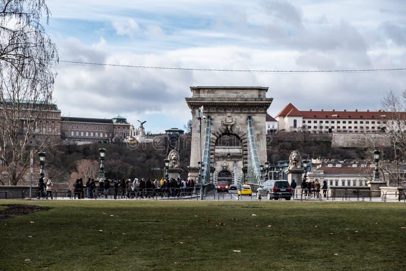 在塞切尼链桥和多瑙河的交通汽车 免版税图库摄影