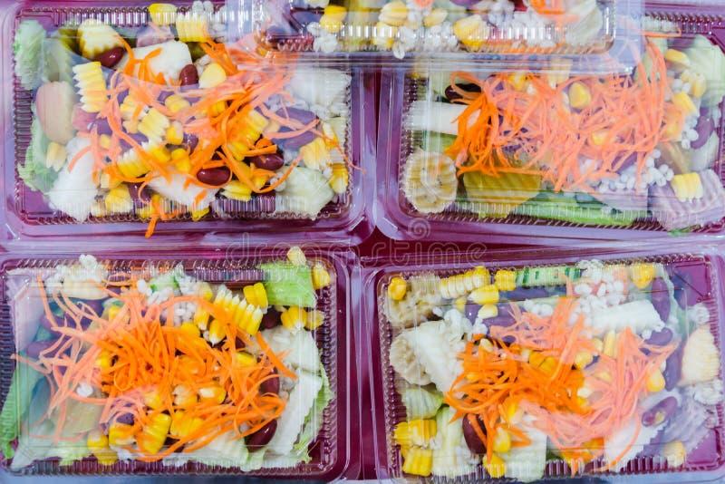 在塑料包裹的混合水果和蔬菜沙拉 库存照片