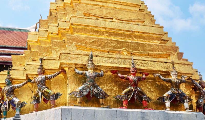 在塔附近的监护人巨人曼谷玉佛寺的泰国 图库摄影