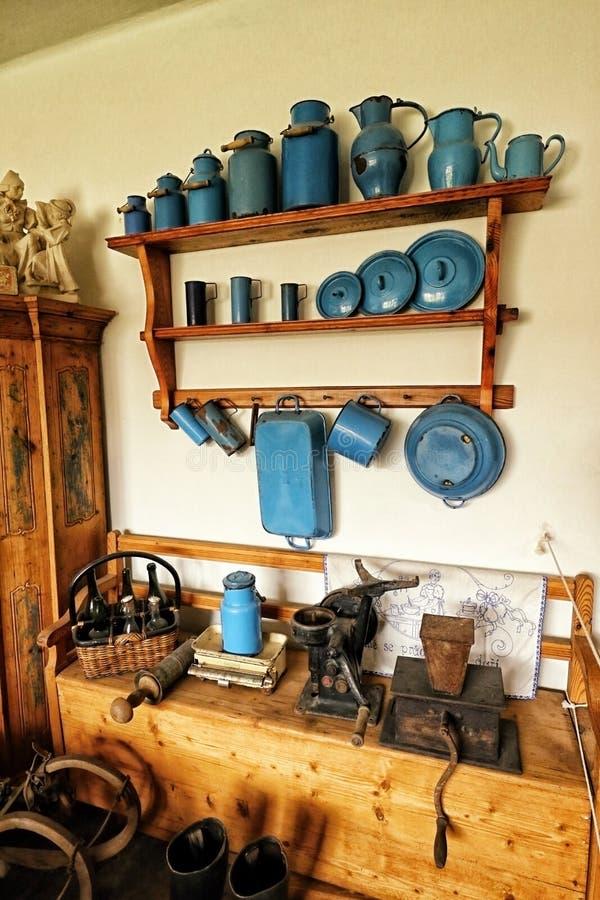 在墙壁上的老蓝色历史的盘 图库摄影