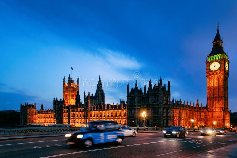 在大本钟的繁忙的路在威斯敏斯特宫殿伦敦 免版税图库摄影