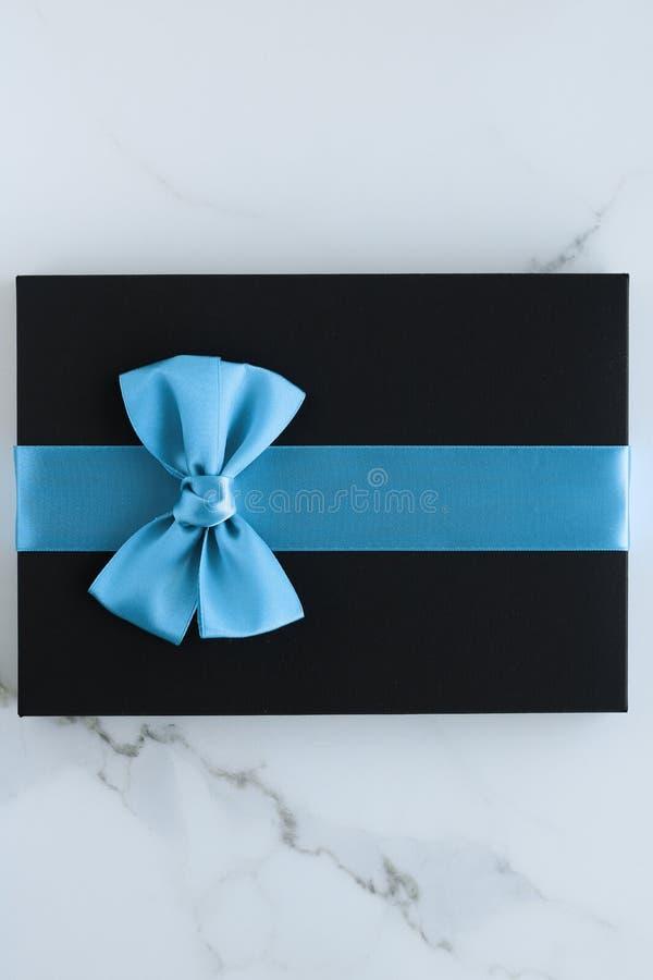 在大理石的豪华节日礼物 免版税库存图片