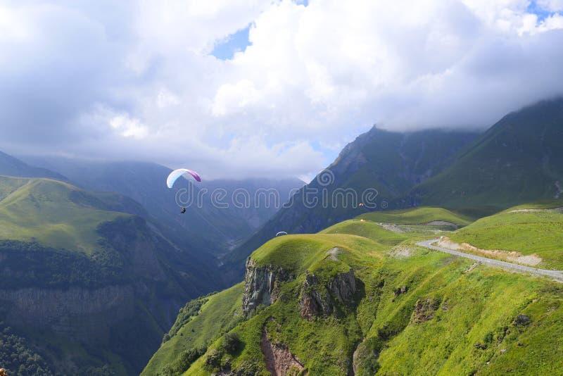 在大高加索山脉山的滑翔伞在乔治亚 库存图片