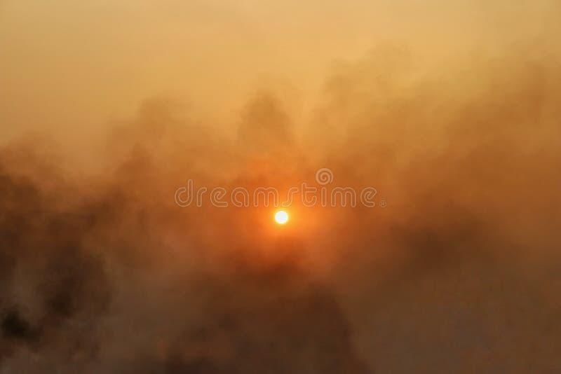 在天空盖的大烟用导致美丽天空的平衡太阳光 - 图象 库存图片