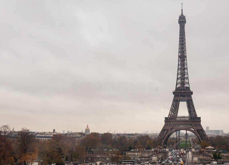 在天空背景的埃菲尔铁塔 库存图片