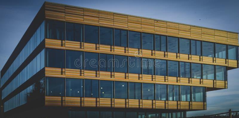 在天空蔚蓝下的五颜六色的大厦 免版税图库摄影