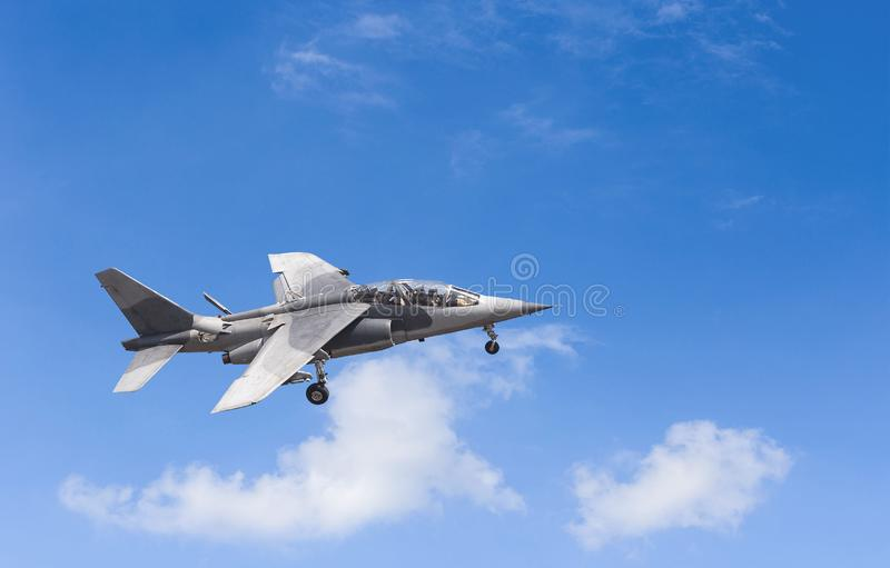 在天空蔚蓝的军用喷气式歼击机 免版税库存图片