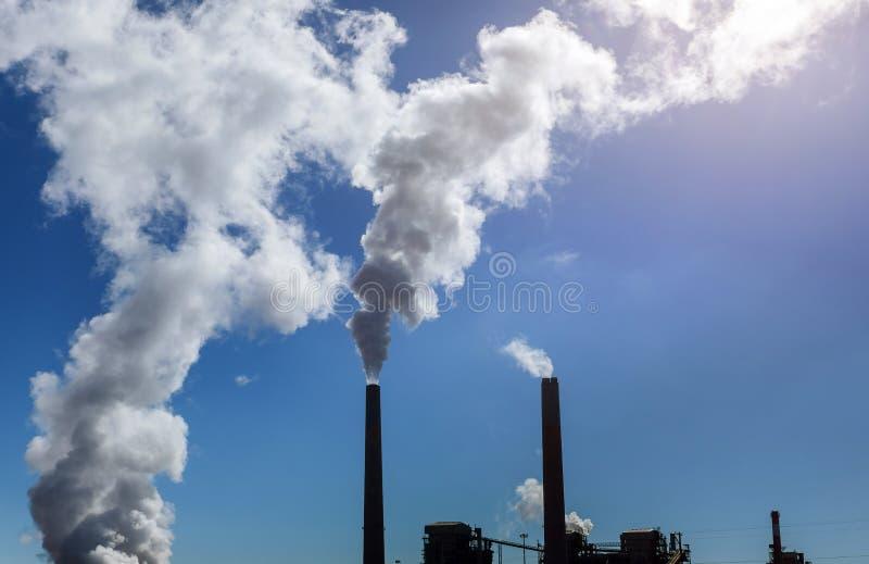 在天空蔚蓝白色云彩下的燃煤电厂 库存照片