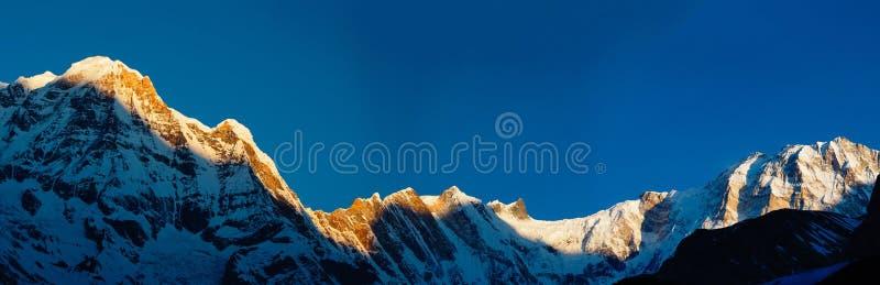 在天空蔚蓝背景的白色峰顶安纳布尔纳峰  喜马拉雅山 尼泊尔 图库摄影