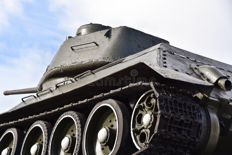 在天空蔚蓝背景的苏联俄国军事老坦克 库存图片