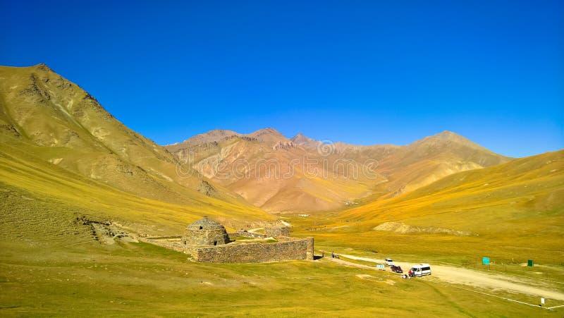 在天狮单山的塔什拉巴特商队投宿的旅舍在纳伦省,吉尔吉斯斯坦 图库摄影