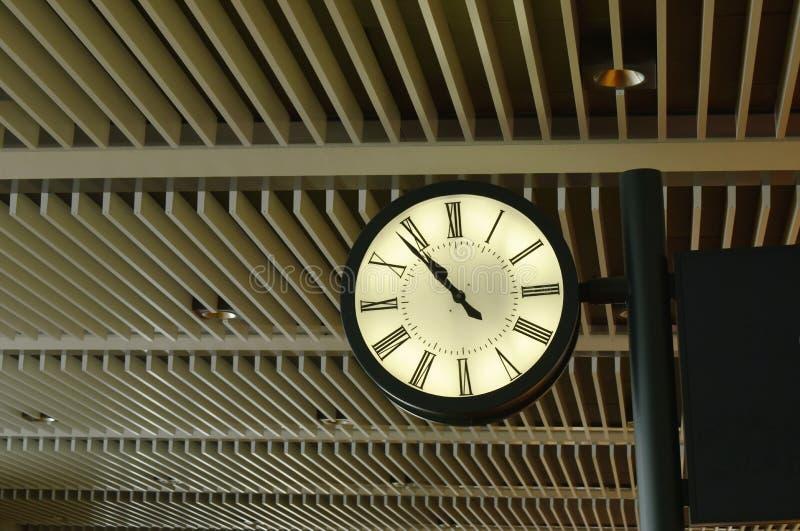 在天花板的时钟机动性在现代企业大厦 库存图片