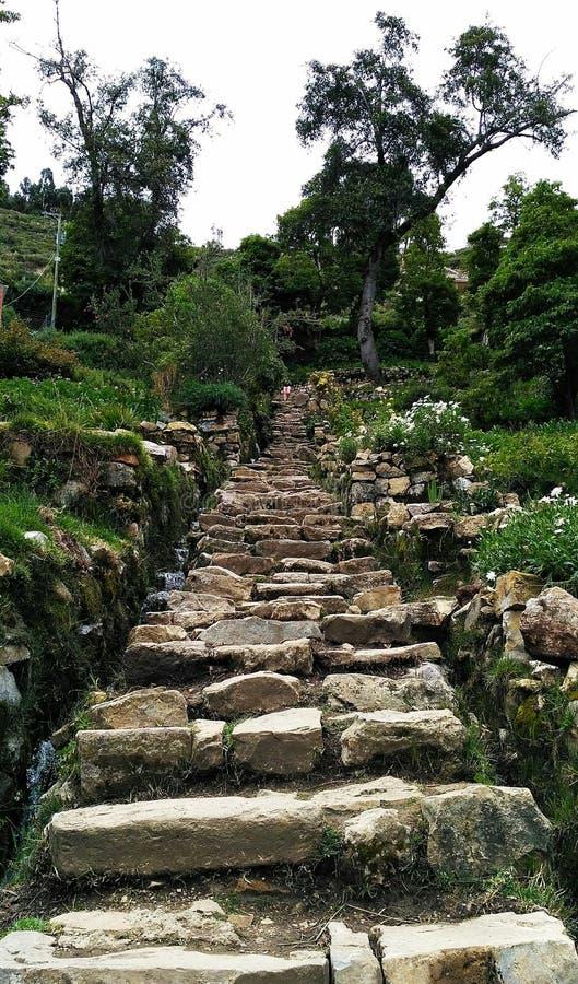 在太阳海岛上的石楼梯 免版税库存图片