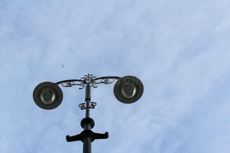 在多云天空背景的街道灯笼 库存图片
